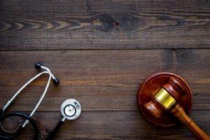 stetoscopio medico con martello giudice